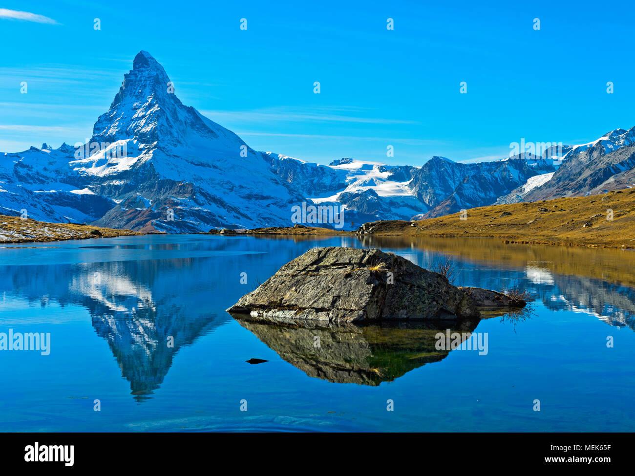 El Matterhorn, Mont Cervin, se refleja en el lago Stellisee, Zermatt, Valais, Suiza Foto de stock