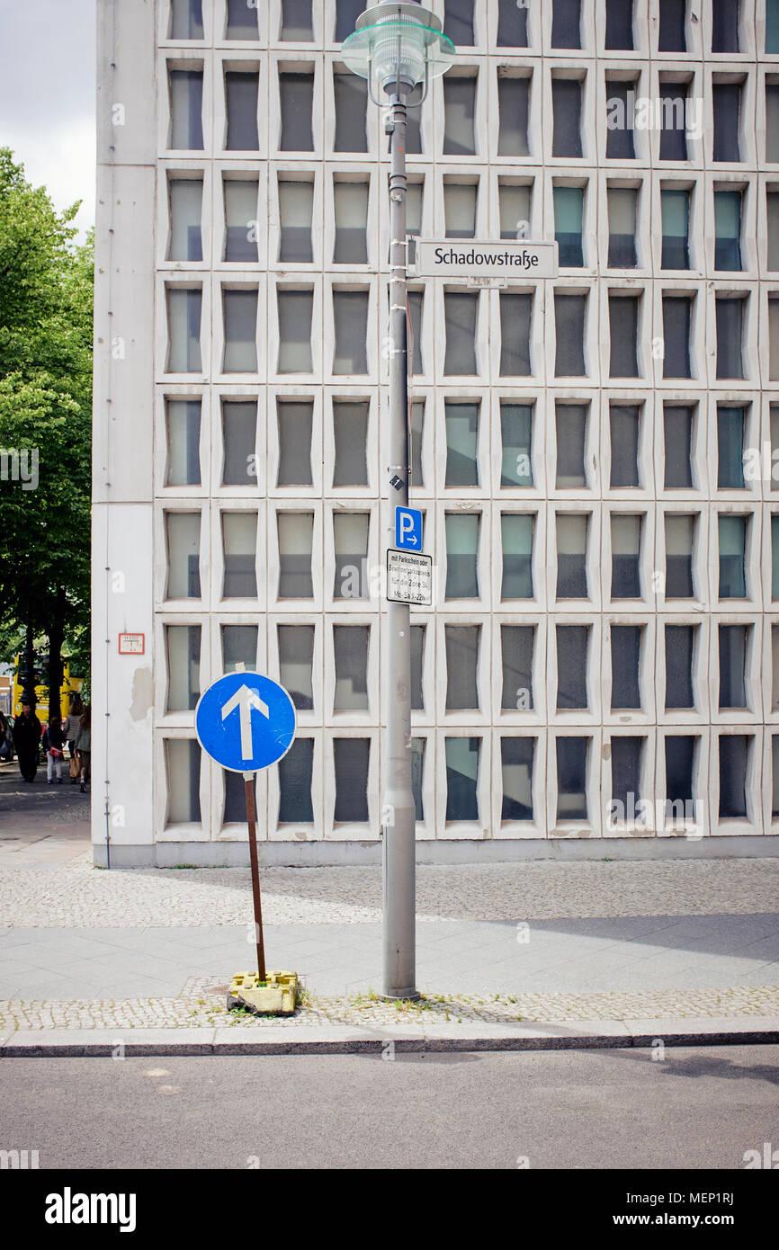 Una flecha azul signo en una calle vacía en Berlín. Imagen De Stock