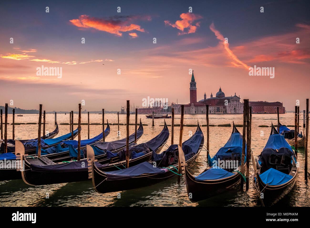 Las góndolas al amanecer en Venecia, Italia Imagen De Stock