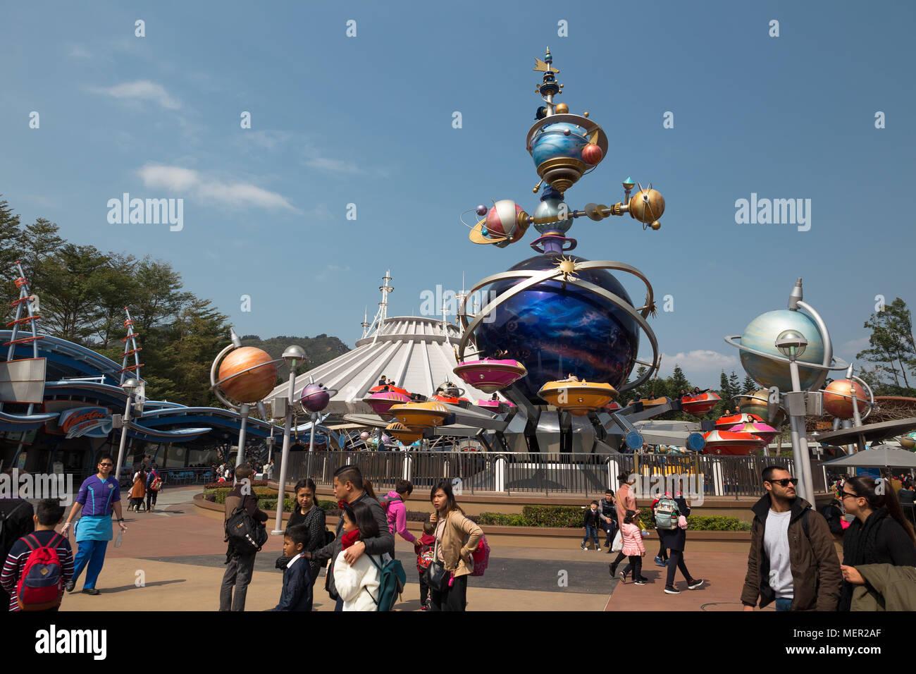 Hong Kong, China - Feb,8,2018:un montón de pueblos ir a Disneylandia de Hong Kong cada día. Imagen De Stock