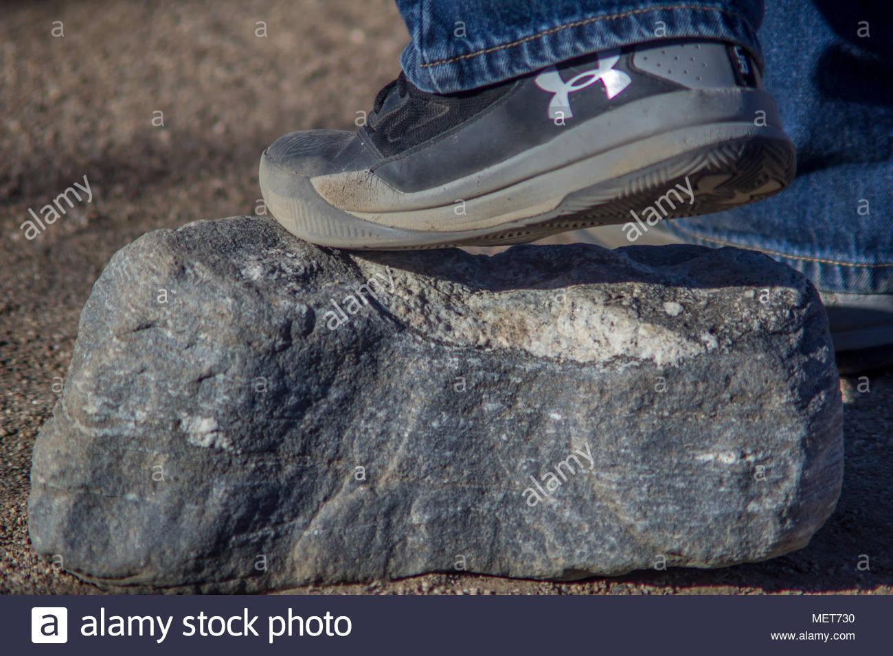 Deportes cómo sobre la gran roca gris Imagen De Stock