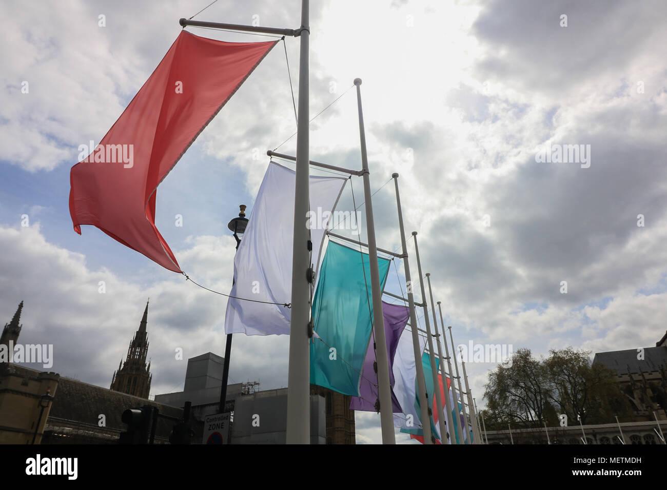 """Londres, Reino Unido. 23 de abril de 2018. Banderas de colores que representa el movimiento Sufragette cuelgan en la Plaza del Parlamento en honor de Millicent Fawcett ,una feminista británica, político y líder sindical, quien hizo campaña para que la mujer tenga derecho a votar. En 1908, diseñó el Pethick-Lawrence Emmeline suffragettes"""" esquema de color púrpura de lealtad y dignidad, el blanco de la pureza, y verde para la esperanza: amer ghazzal crédito/Alamy Live News Foto de stock"""