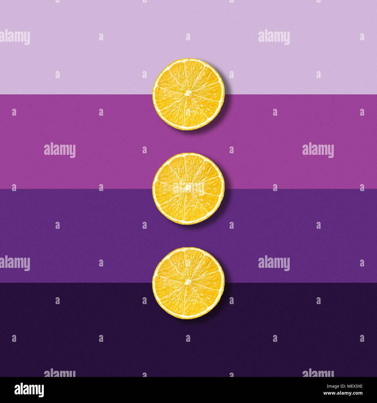 Tres rebanadas de fruta de limón en púrpura eléctrico fondo abstracto, pop art foto Imagen De Stock