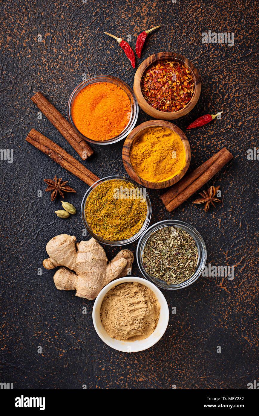 Especias indias tradicionales sobre fondo oxidado Foto de stock