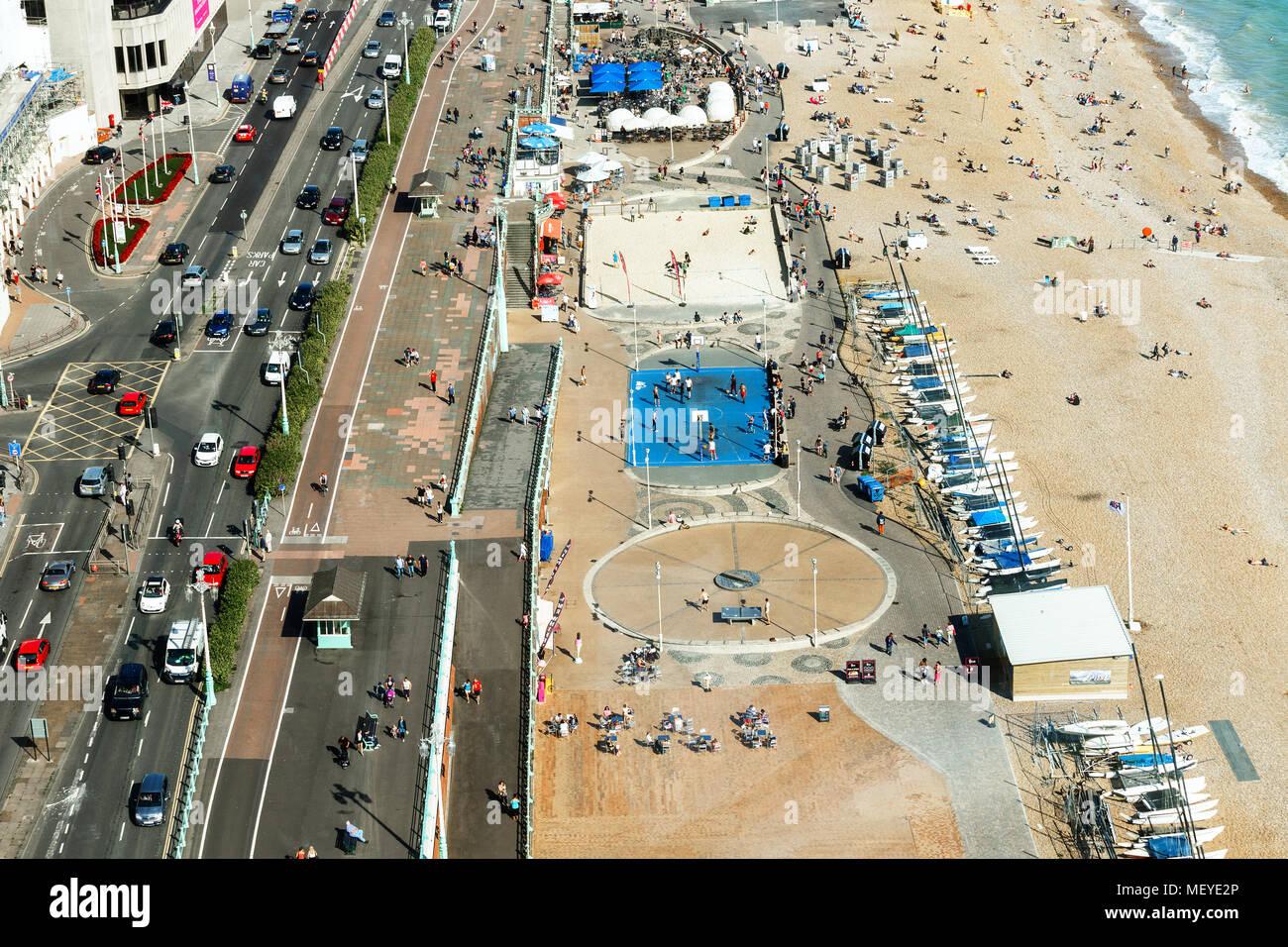 Vista aérea de Brighton, personas juegan al baloncesto en la cancha , aparcamiento para yates Imagen De Stock