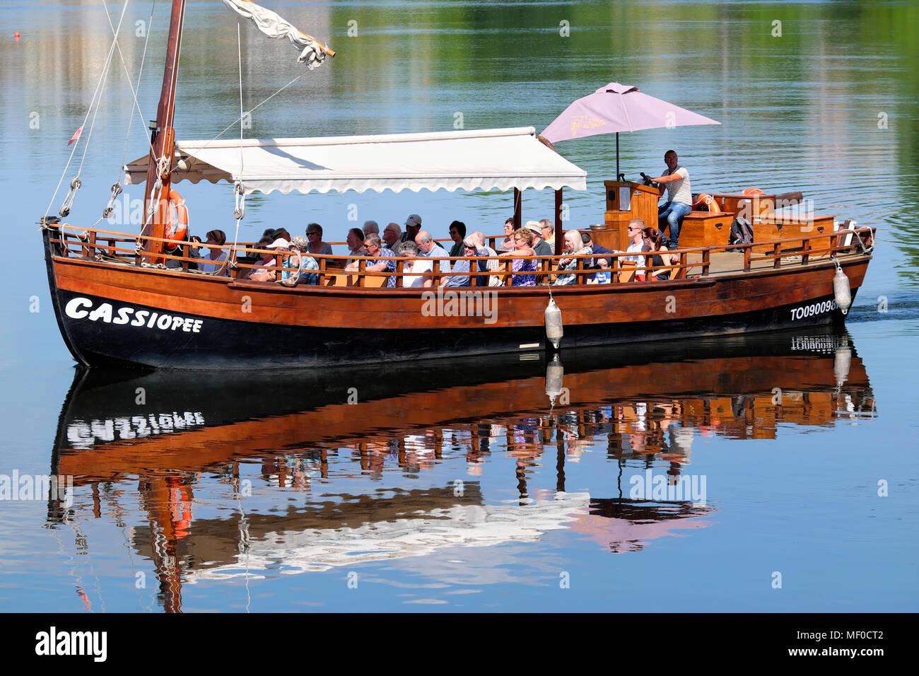 Barcaza tradicional viaje en barco en el río Dordoña, Bergerac, Nouvelle-Aquitaine, Francia Imagen De Stock