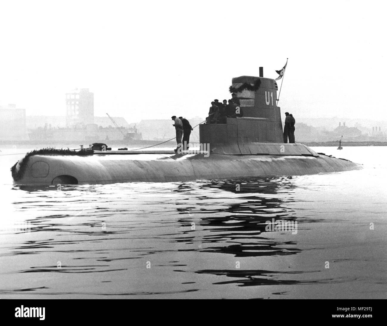 El submarino U 1 poco después de la inundación en la Kieler-Forde en 21.10.1961. El primero para la marina alemana submarino recién construido en 'U' el sábado 1 (21.10.1961) después de un año de construcción en la ciudad de Kiel Howaldtwerken flotaban. Con la 'U 1', la marina alemana ha asumido el primero de doce submarinos, que se puso en servicio en los dos primeros años en el primer y hasta ahora único escuadrón submarino en Kiel-Wik. El nuevo submarino tipo es considerada por los expertos como la más moderna nave submarina. La 'U 1', que fue construido hace más de 10 millones de marcos, es de 350 toneladas, tiene una longitud de 44 mí Imagen De Stock