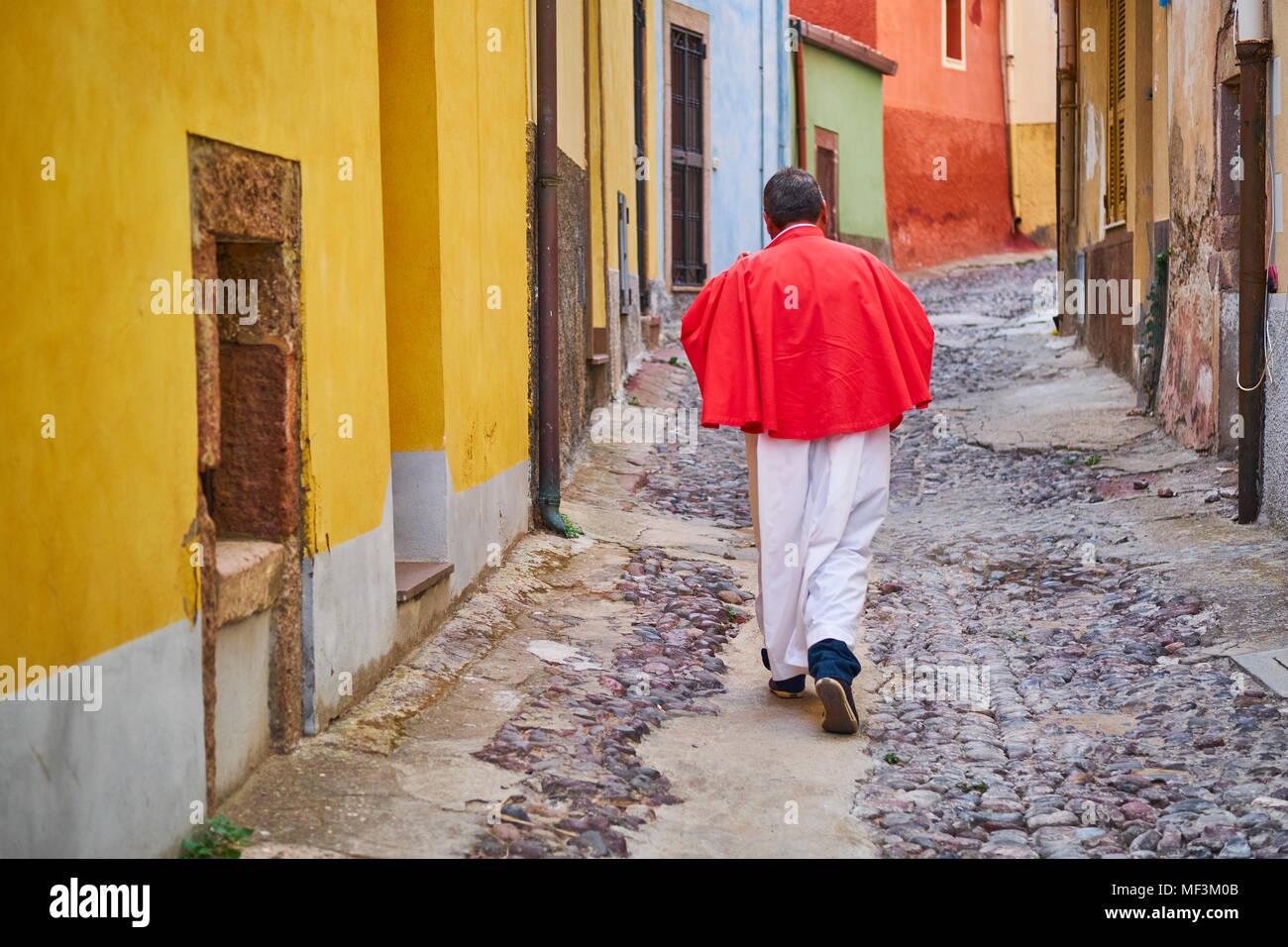 Italia, Cerdeña, Bosa, hombres caminando en el callejón Foto de stock