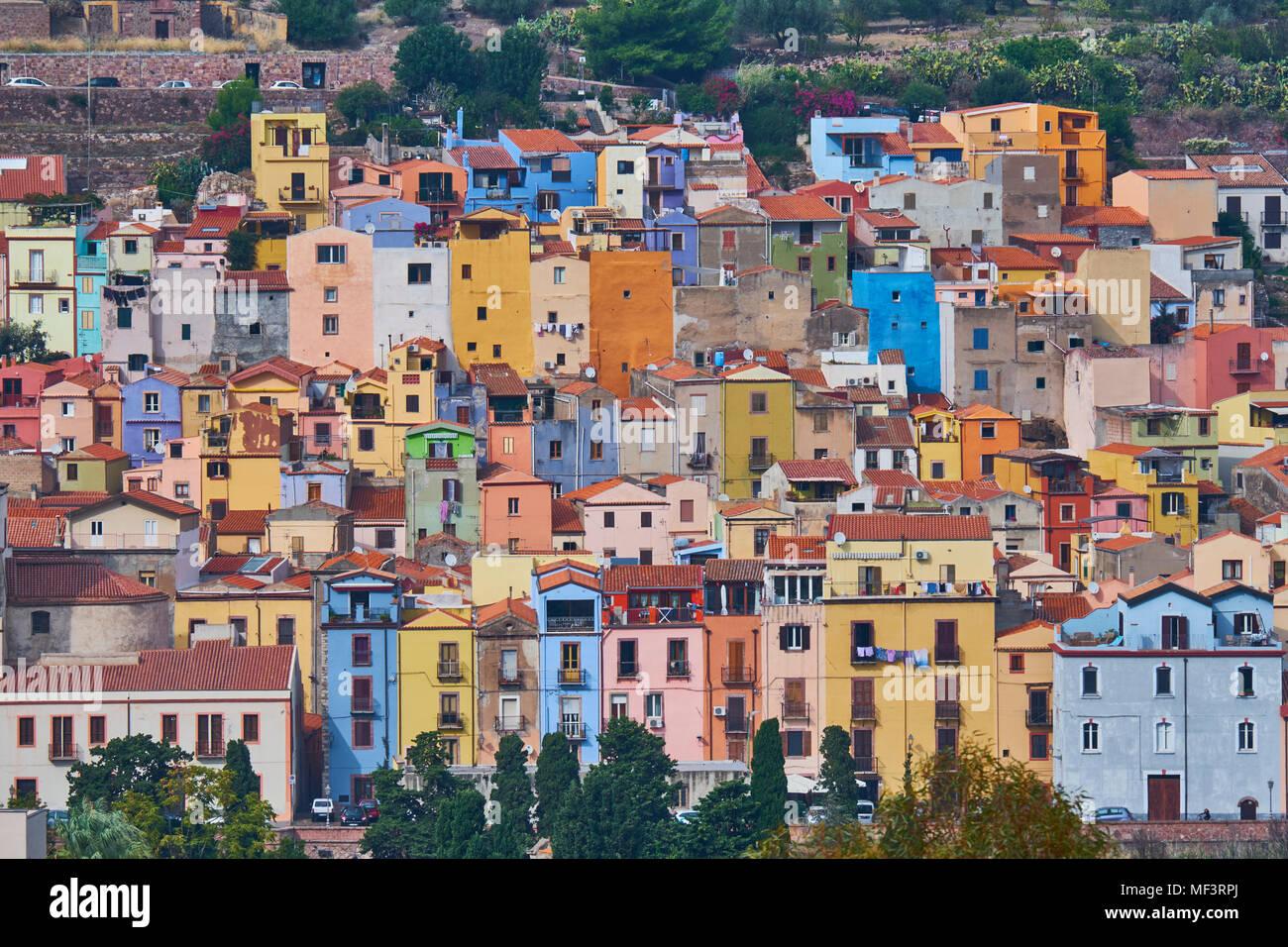 Italia, Cerdeña, Bosa, casco antiguo, casas de colores Foto de stock
