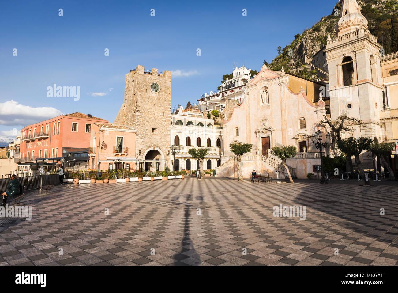 Piazza IX aprile square, la iglesia de San Giuseppe y la torre del reloj en Taormina, Sicilia. Imagen De Stock