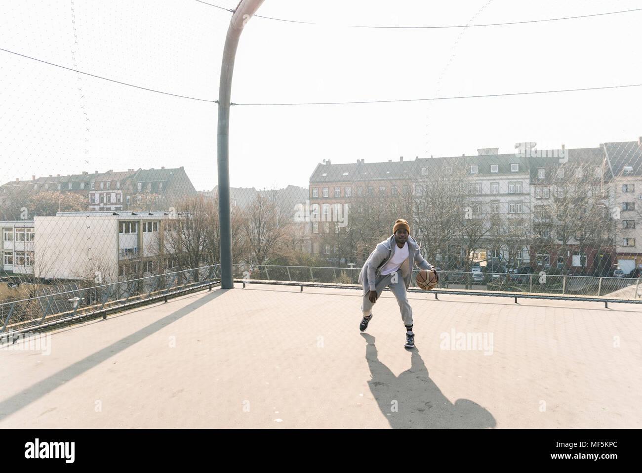 El jugador de baloncesto en acción en la cancha Foto de stock