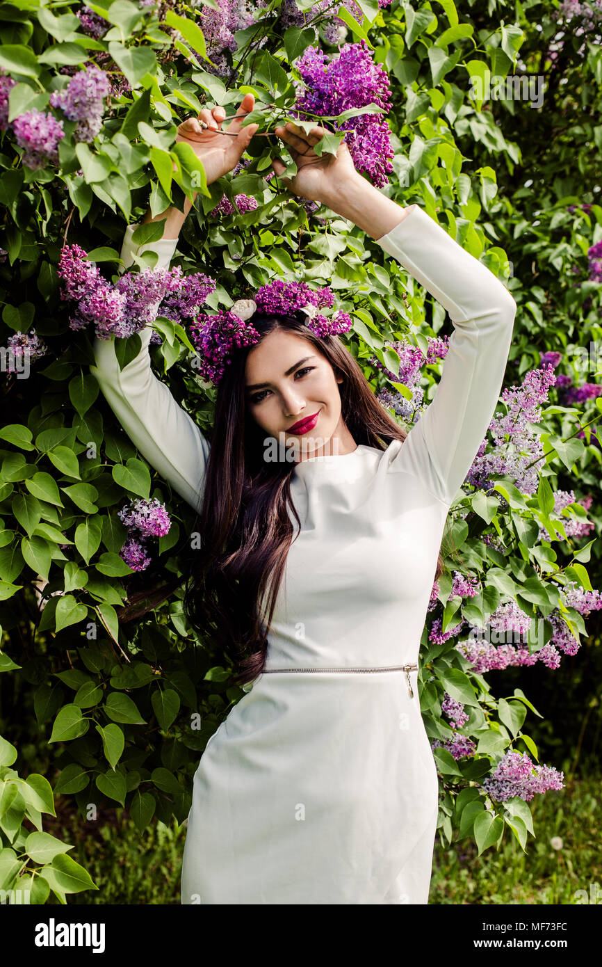 e0f21d28ed6c Bonita mujer con maquillaje, el pelo largo y la primavera lila ...