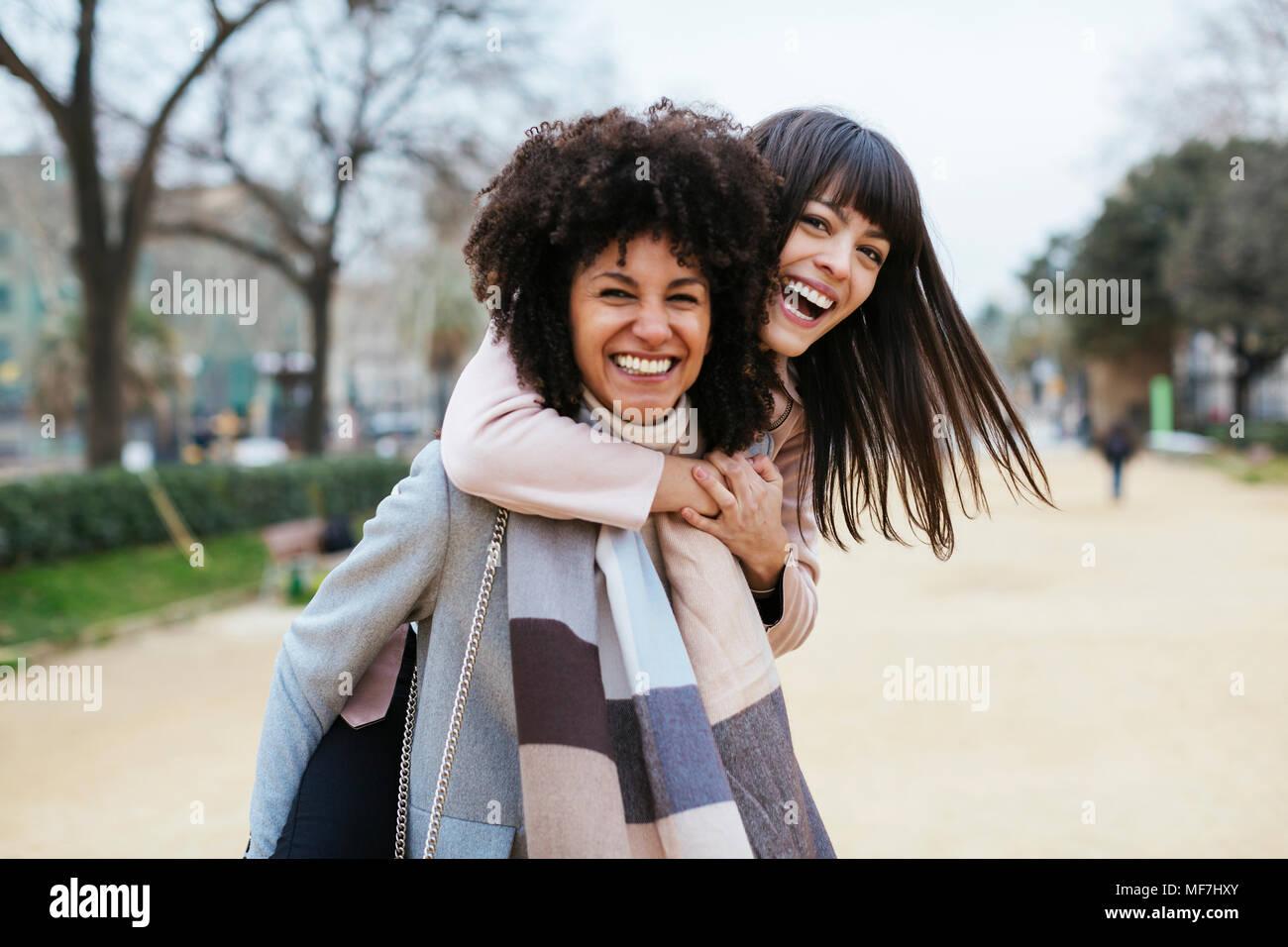 España Barcelona Retrato De Dos Exuberantes Mujeres En El