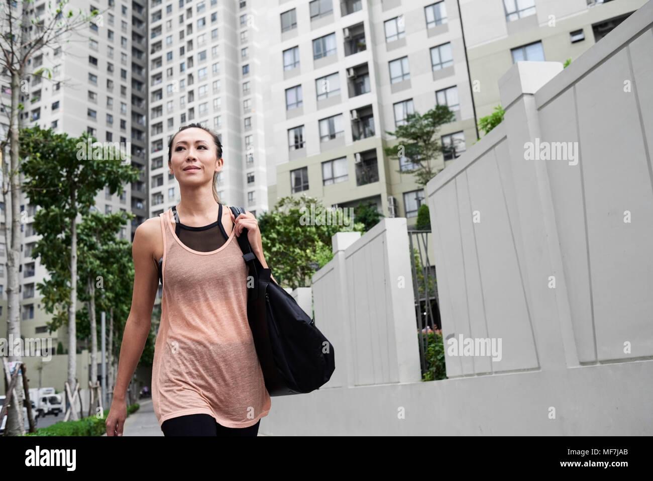 Seguro colocar mujer caminando en entorno urbano. Imagen De Stock
