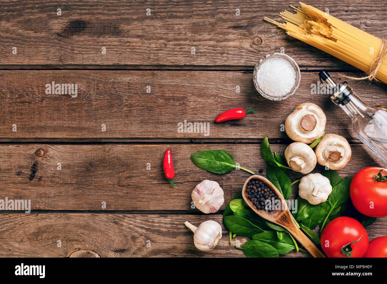 Comida italiana ingredientes para preparar la pasta sobre fondo de madera Imagen De Stock