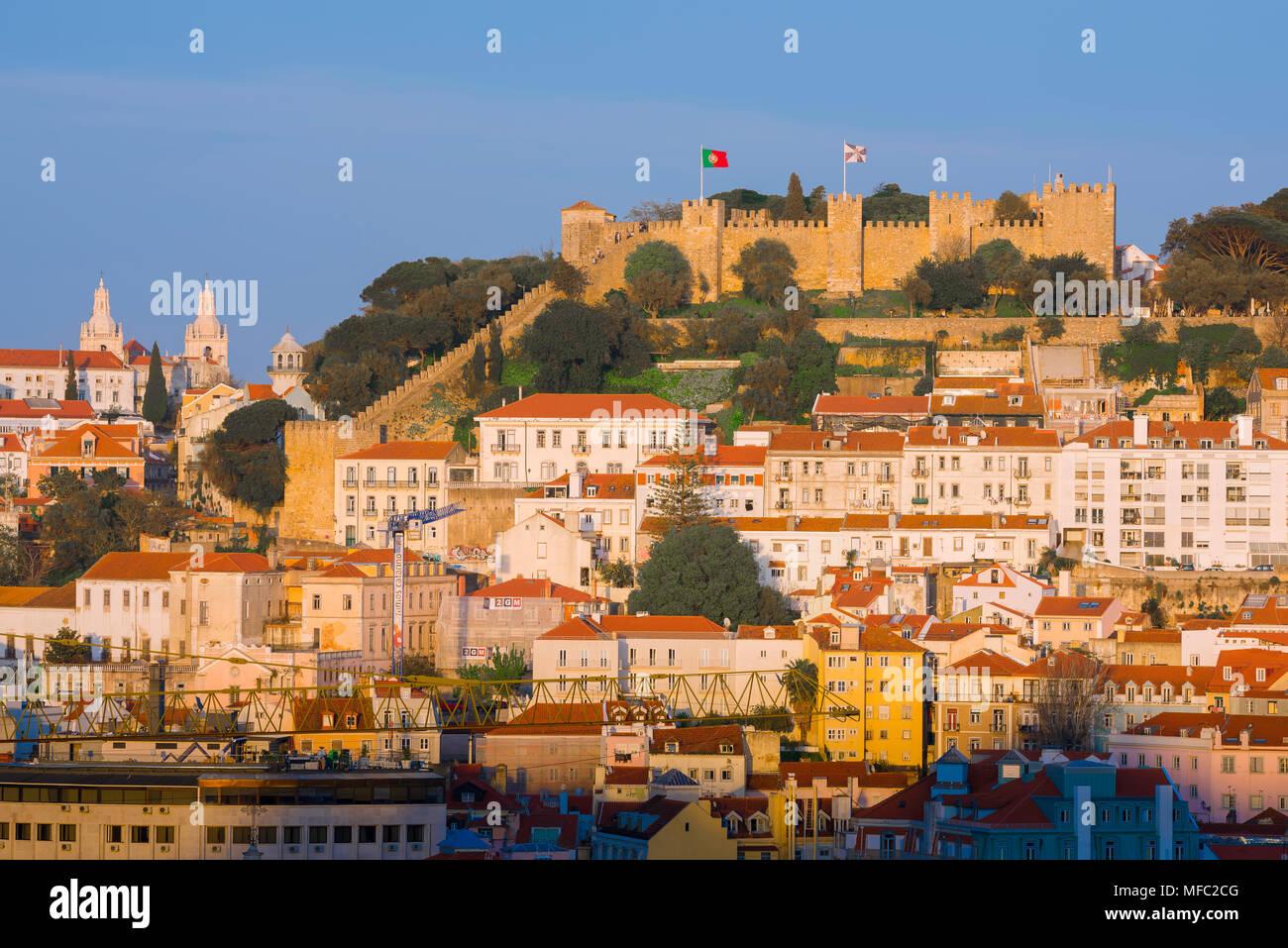 Horizonte de Lisboa, con vistas al Castelo de São Jorge en Sunset con la abarrotada ladera edificios de la Mouraria trimestre situada debajo, Lisboa, Portugal. Foto de stock