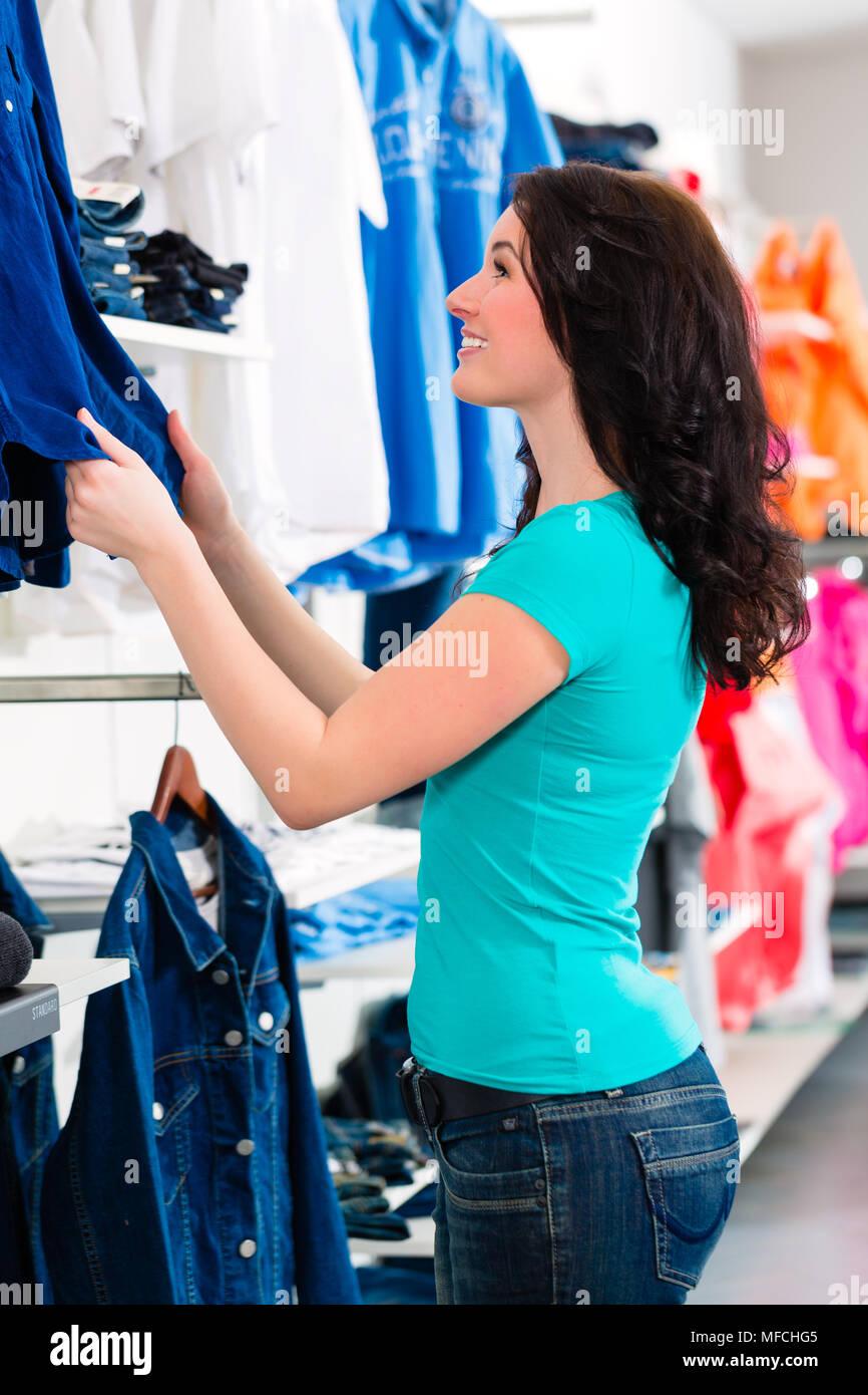 4b6ef1fb29 Mujer comprando ropa en la tienda Foto   Imagen De Stock  181600725 ...