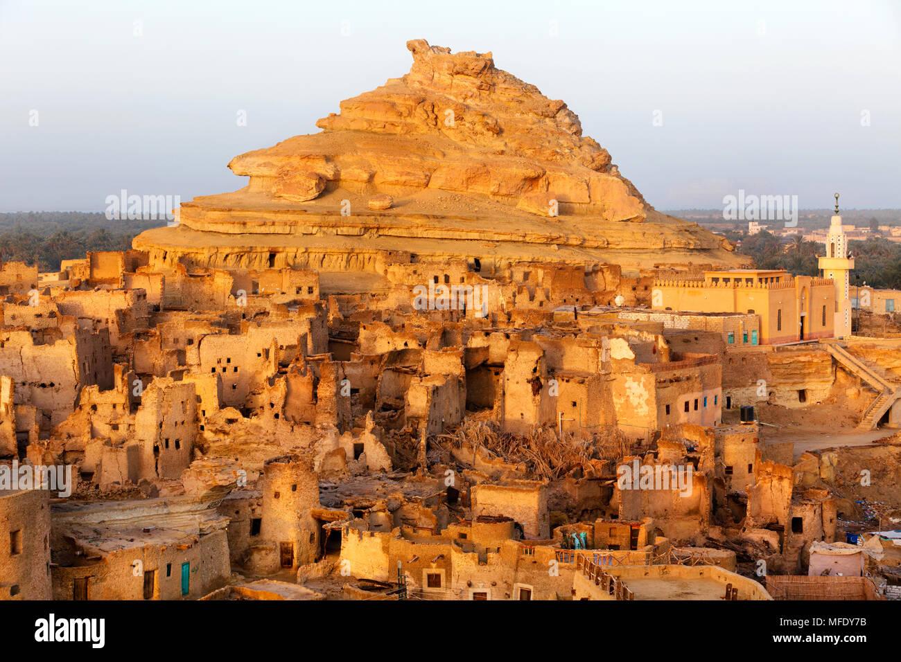 Vista de las ruinas de la fortaleza de Shali Siwah en el oasis en el desierto del Sahara en Egipto Imagen De Stock