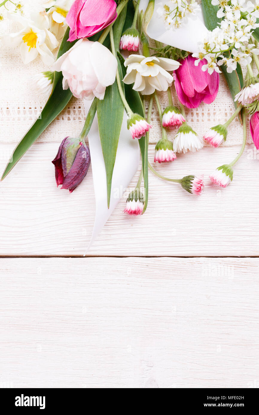 d380b33309c49 Composición de flores. Marco de flores blancas sobre fondo blanco. Día de San  Valentín. Sentar planas