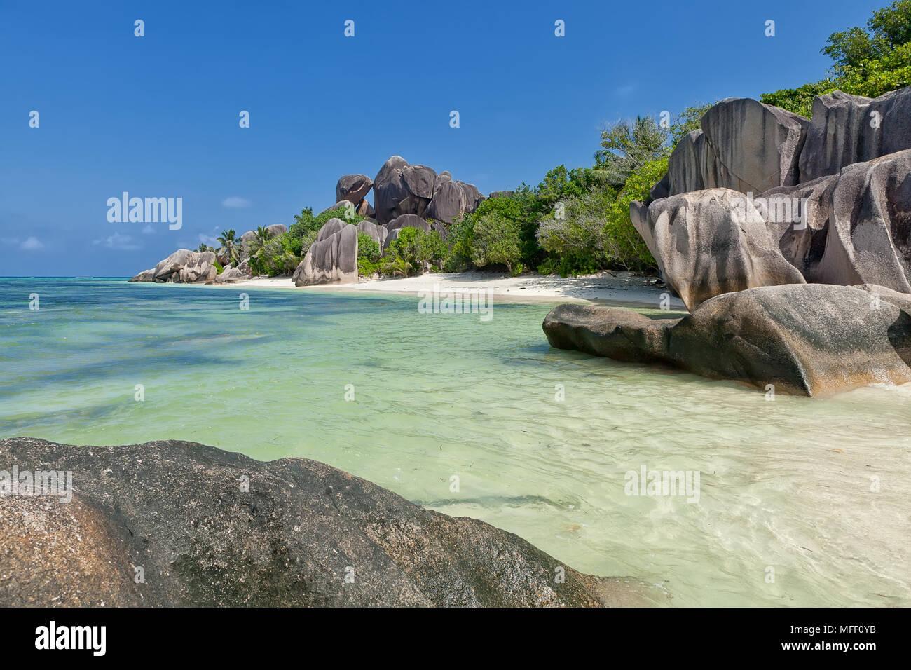 Anse Source d'Argent - rocas de granito en la hermosa playa de isla tropical en Seychelles La Digue Imagen De Stock