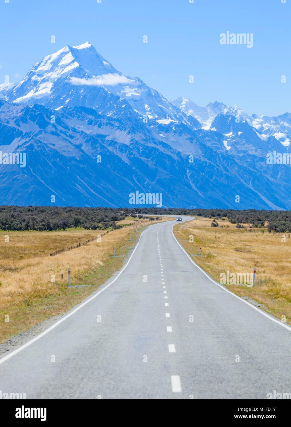 Nueva Zelanda la isla sur de Nueva Zelanda una recta carretera vacía sin tráfico en el parque nacional de Monte Cook nueva zelanda Foto de stock
