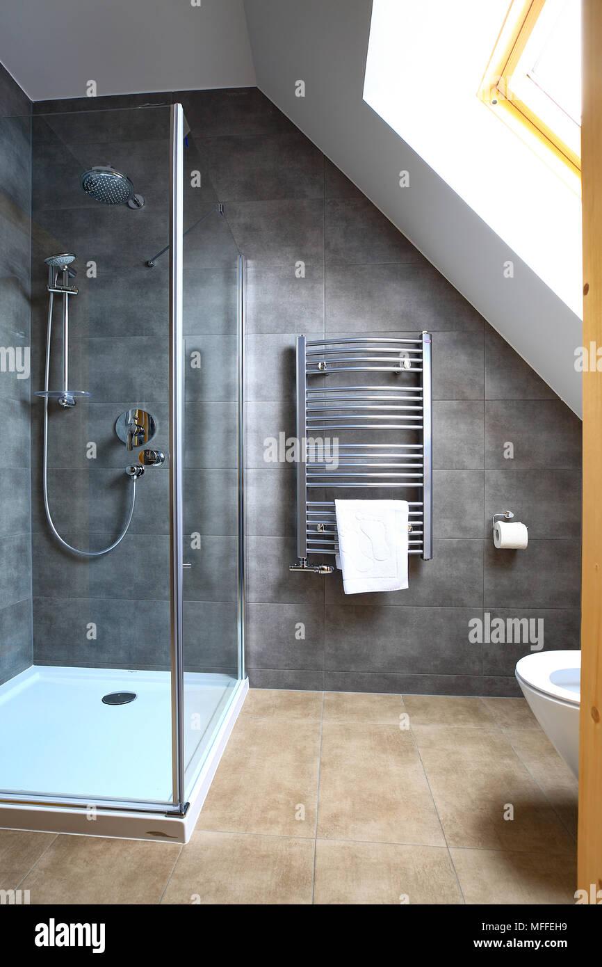 Limpiar nuevo pequeño cuarto de baño con cabina de ducha. Cuarto de ...