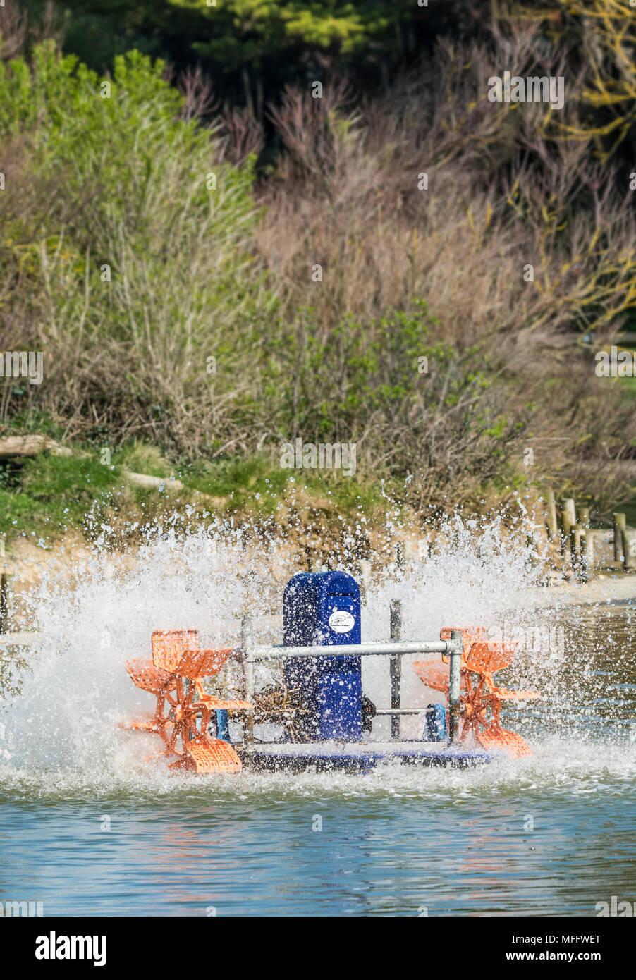 Aireador de agua en un pequeño lago. Imagen De Stock