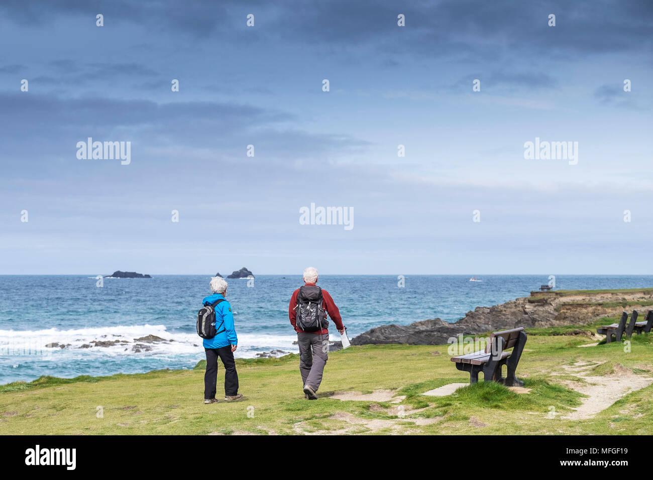 40ad902844b21 Dos caminantes maduros en la ruta costera en Bahía Treyarnon en Cornwall.  Imagen De Stock