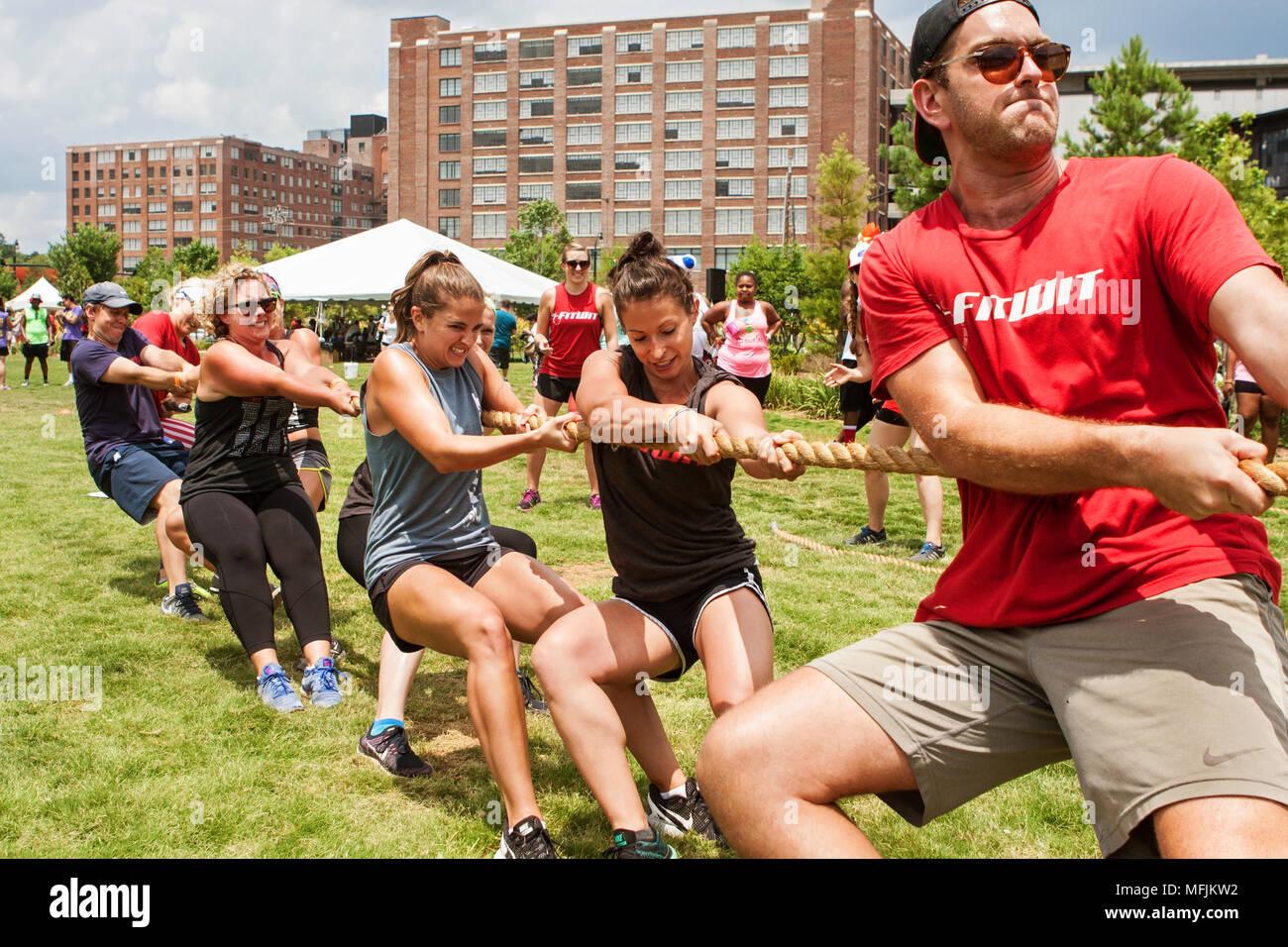 Un equipo de jóvenes adultos tira de su cuerda en una tug-of-war concurso como parte del día de campo de Atlanta en el viejo cuarto Ward el 16 de julio de 2016 en Atlanta, GA. Imagen De Stock