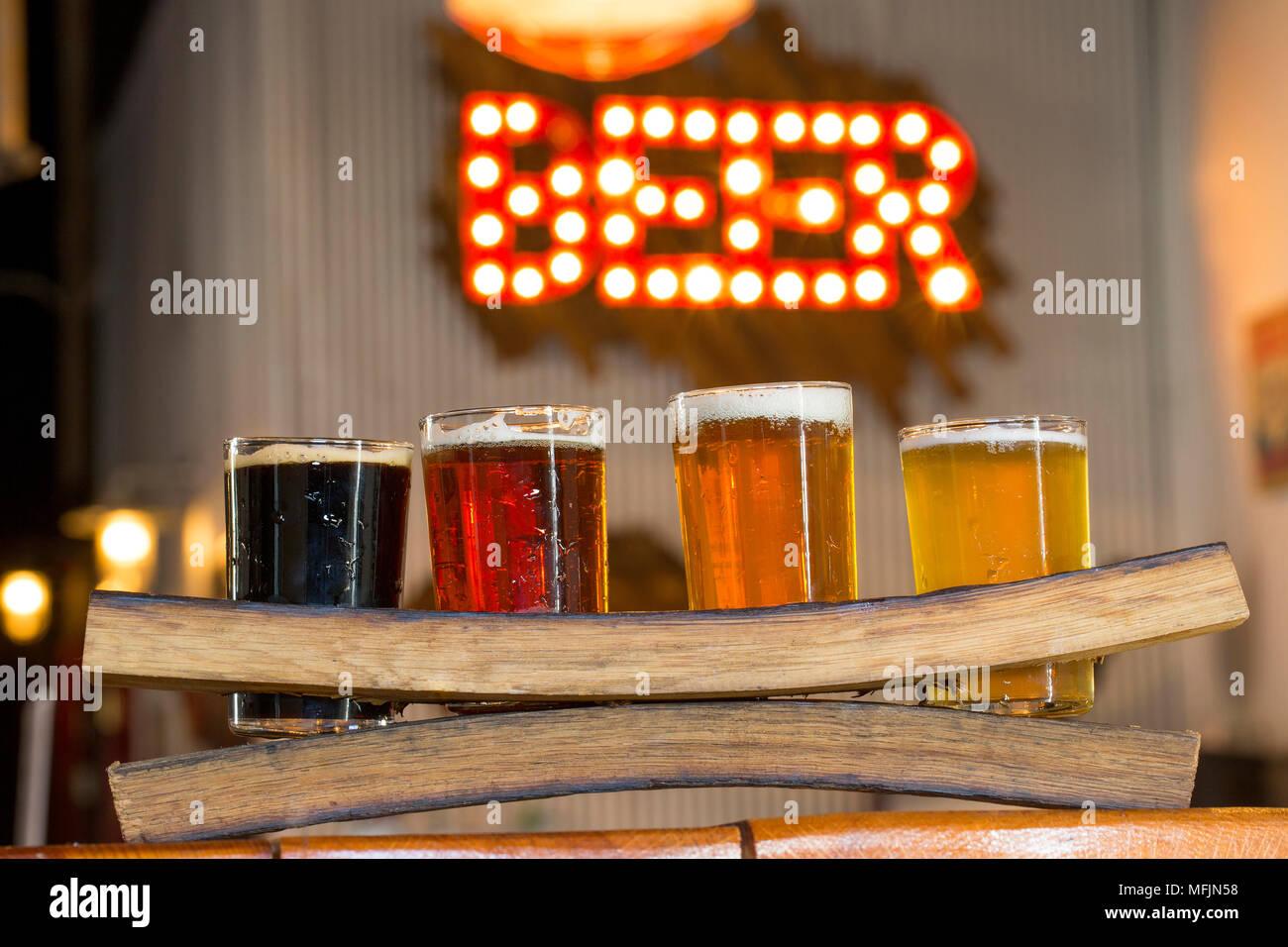Un muestreador vuelo de cerveza en una cervecería local. Imagen De Stock