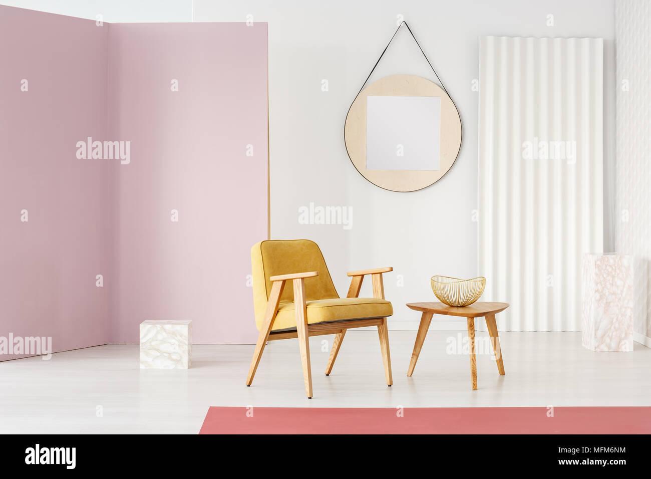 Gran espejo redondo con marco de madera colgado en una pared blanca ...