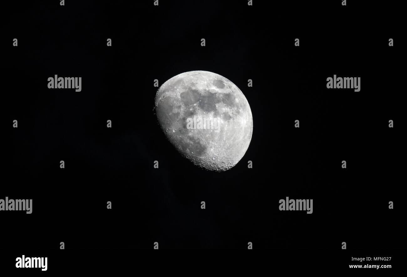 Tres cuarto de luna en gran detalle en un cielo nocturno negro Foto ...