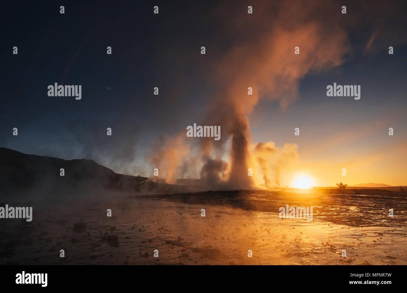 Los géiseres de Islandia. Fantástica.Turysty kolory en ver la belleza del mundo Imagen De Stock