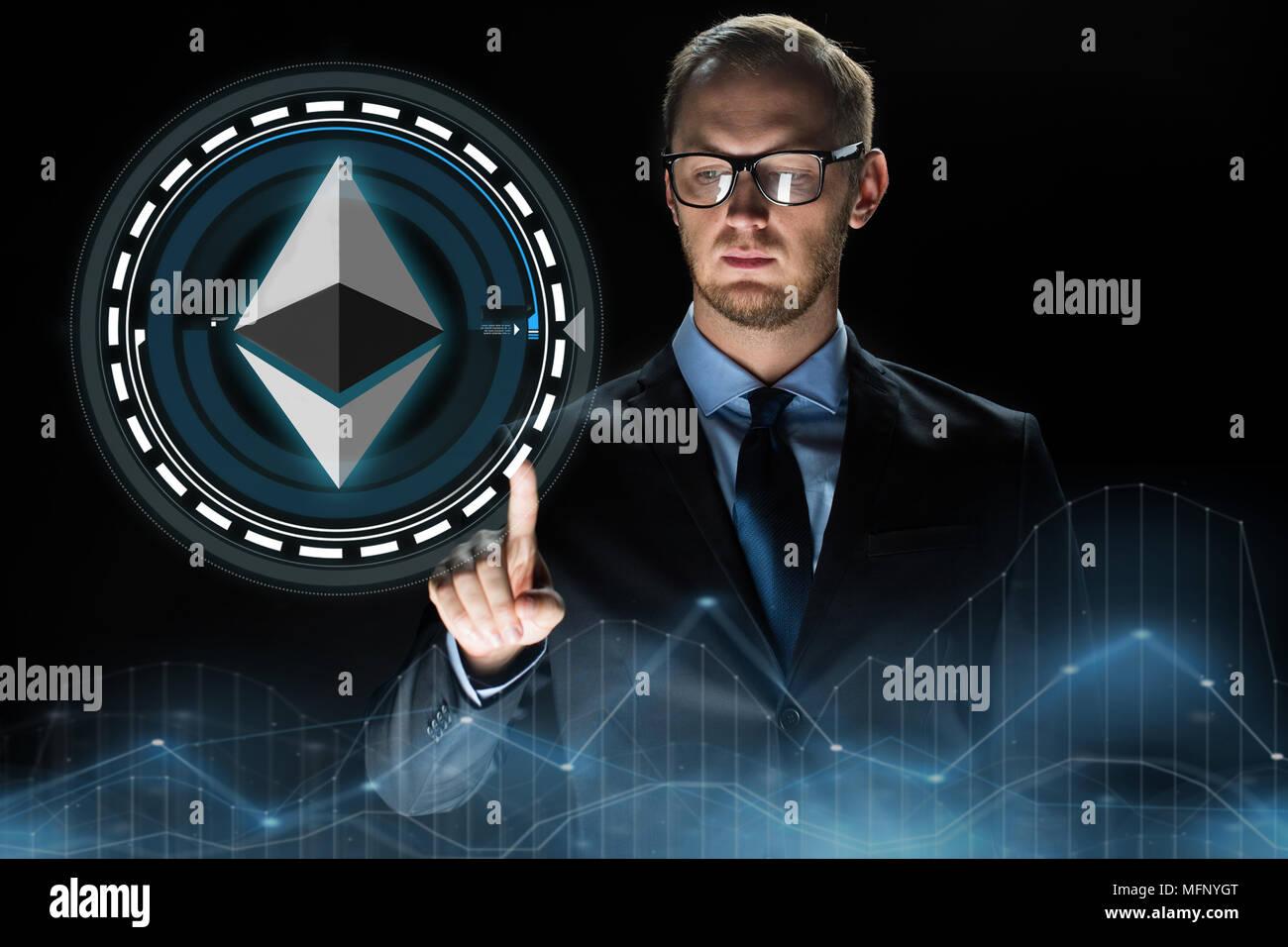 Empresario mano con holograma ethereum sobre negro Foto de stock
