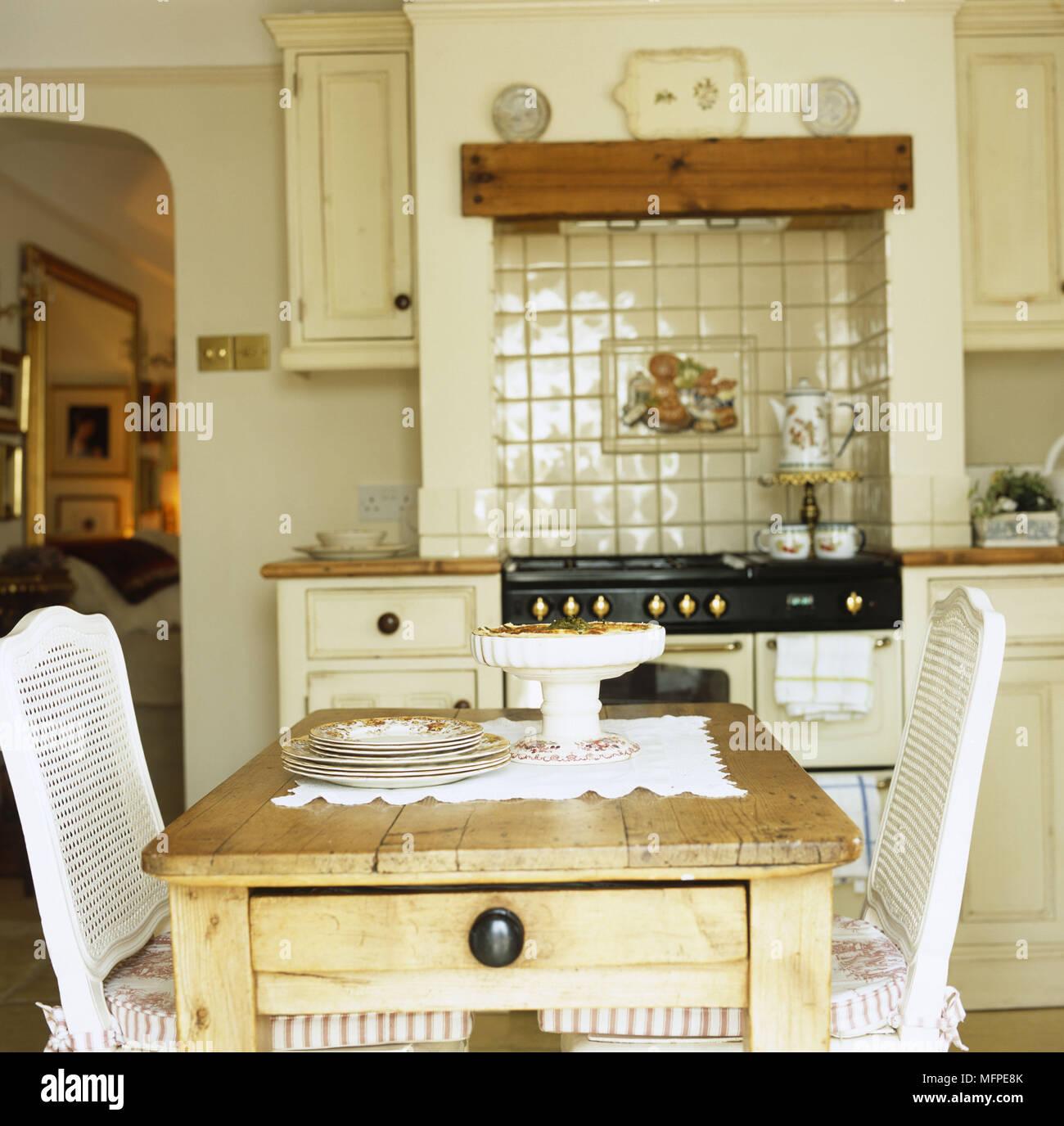 Una tradicional cocina rústica mesa con dos sillas blancas ...