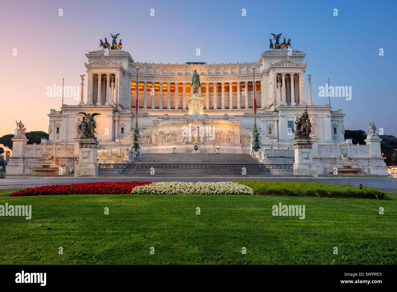 Roma. Paisaje urbano imagen del Monumento de Víctor Manuel II, Plaza Venezia, en Roma, Italia, durante el amanecer. Imagen De Stock