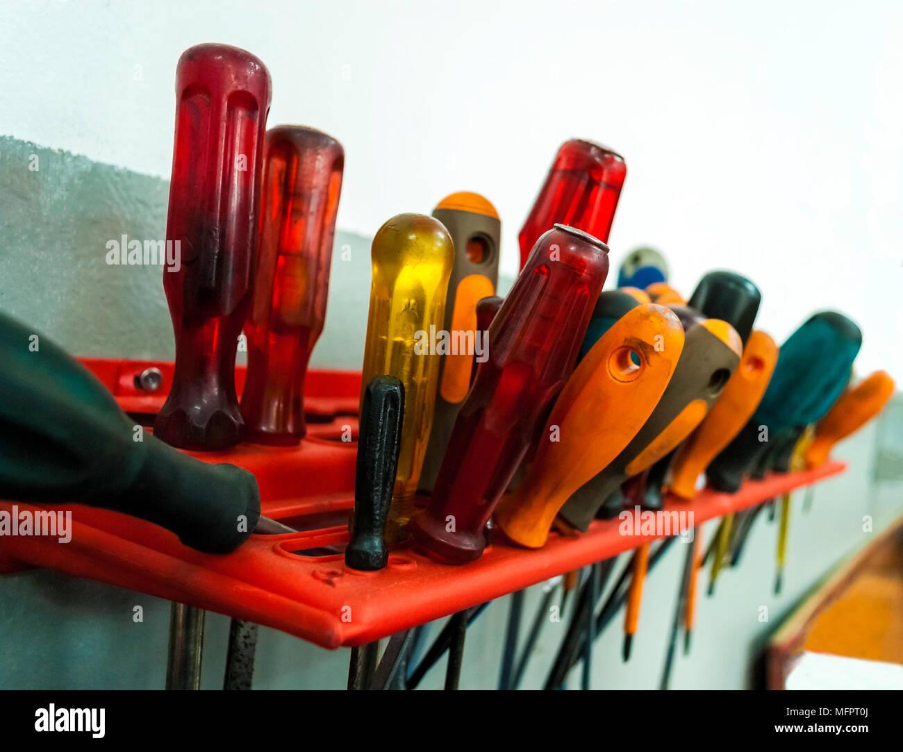 Los asientos en las herramientas de soporte de herramienta de pared en privado taller mecánico, sucio de usar. Copie el espacio. Concepto de empresario. Foto de stock