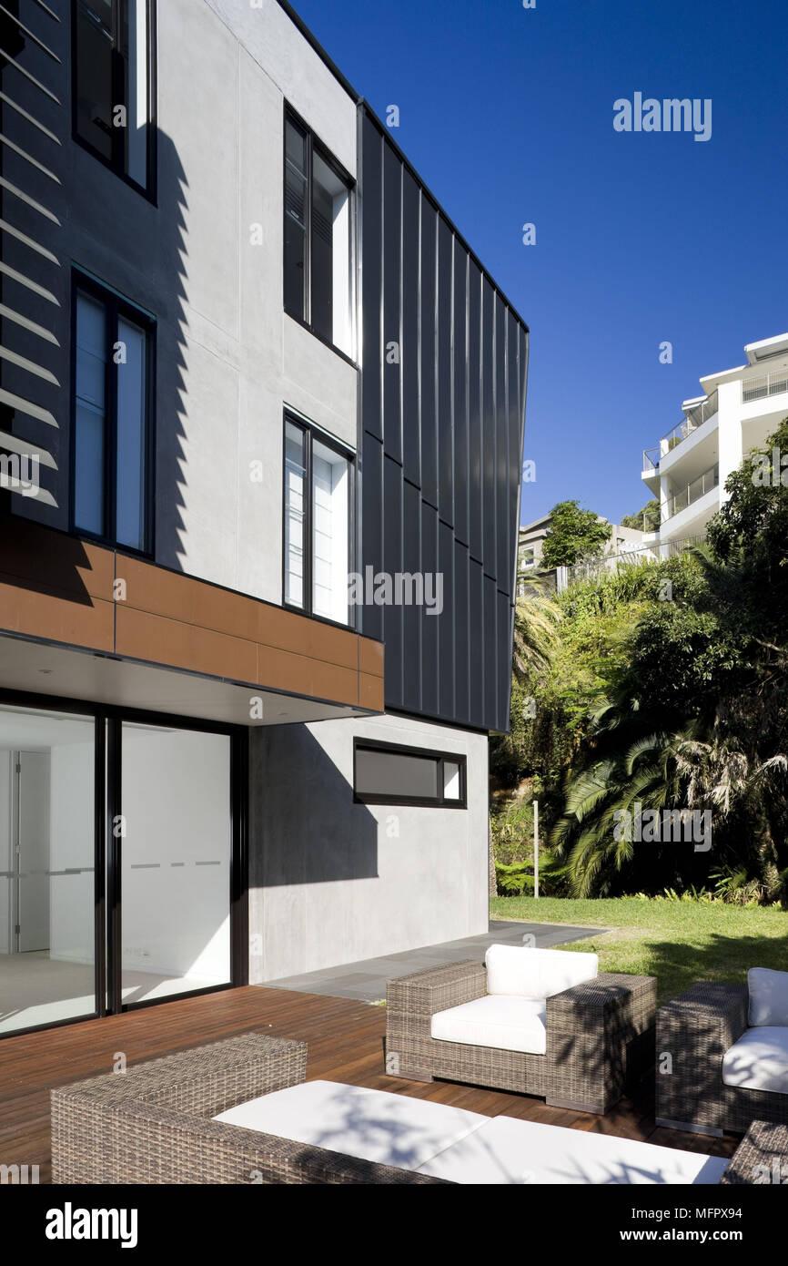 Sentarse En La Terraza De La Casa Moderna Foto Imagen De
