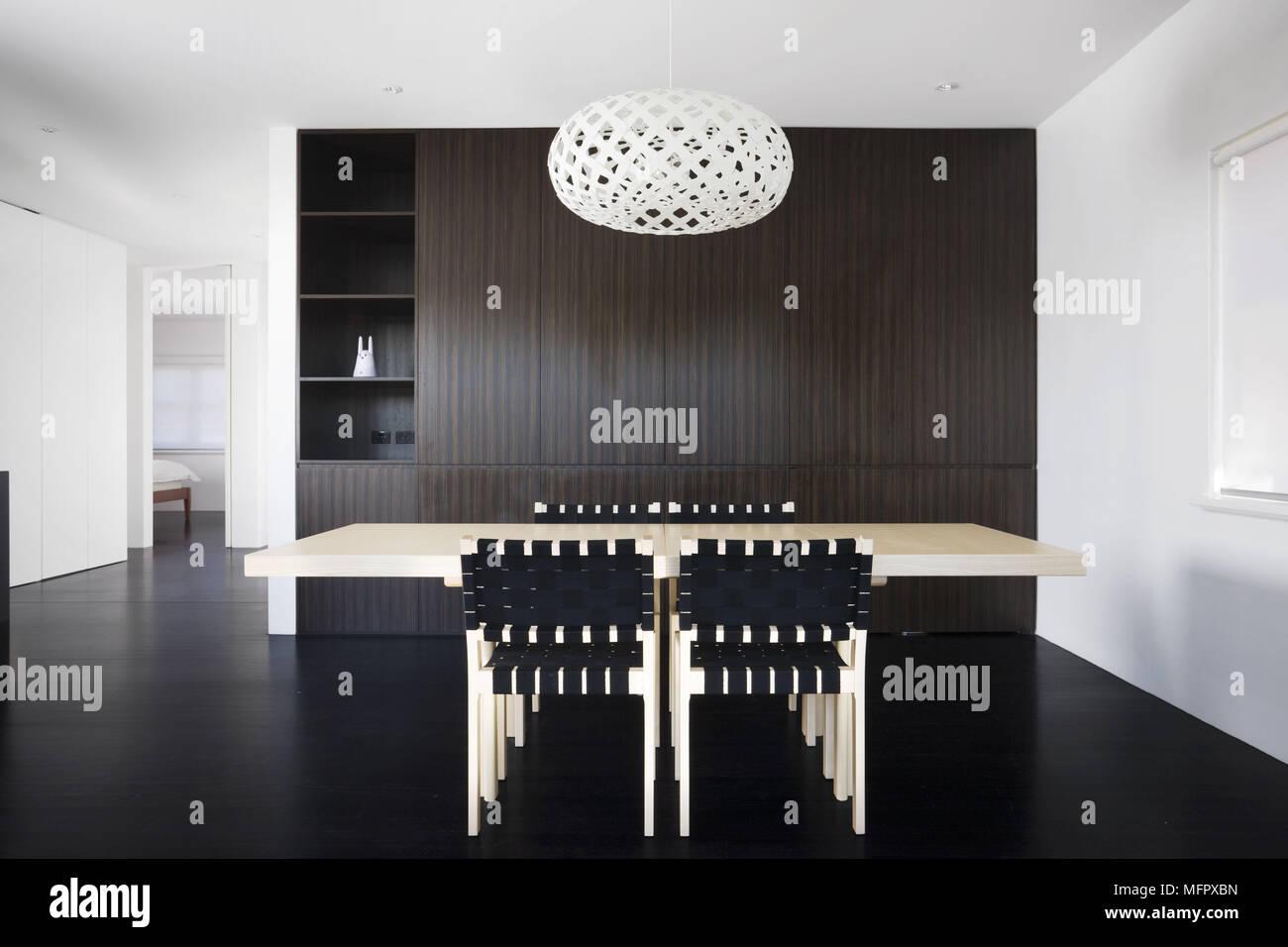 Mesa y sillas de comedor moderno, minimalista Foto & Imagen De Stock ...