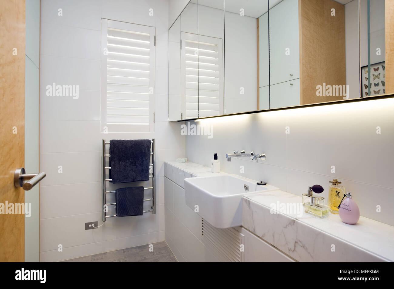 Lavabo en estantería en el cuarto de baño blanco y moderno ...