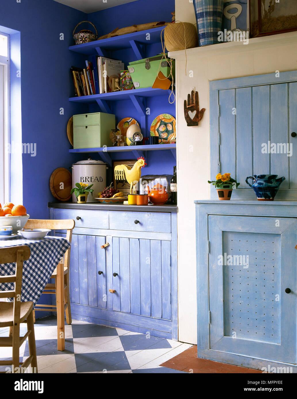 País, cocina-comedor con un pintado, planta accidentada, mesa de ...