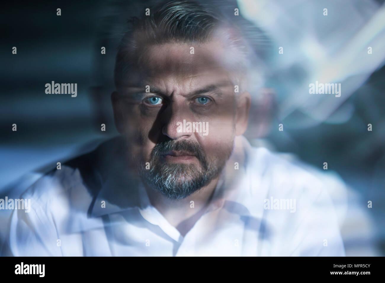 Cerrar borrosa de un hombre con graves alucinaciones provocadas por las drogas Foto de stock