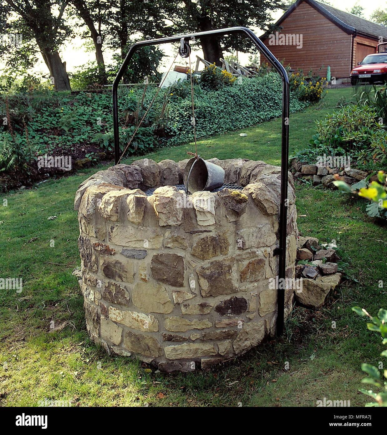 Wishing Well de piedra en el jardín del país granero convertido el ...