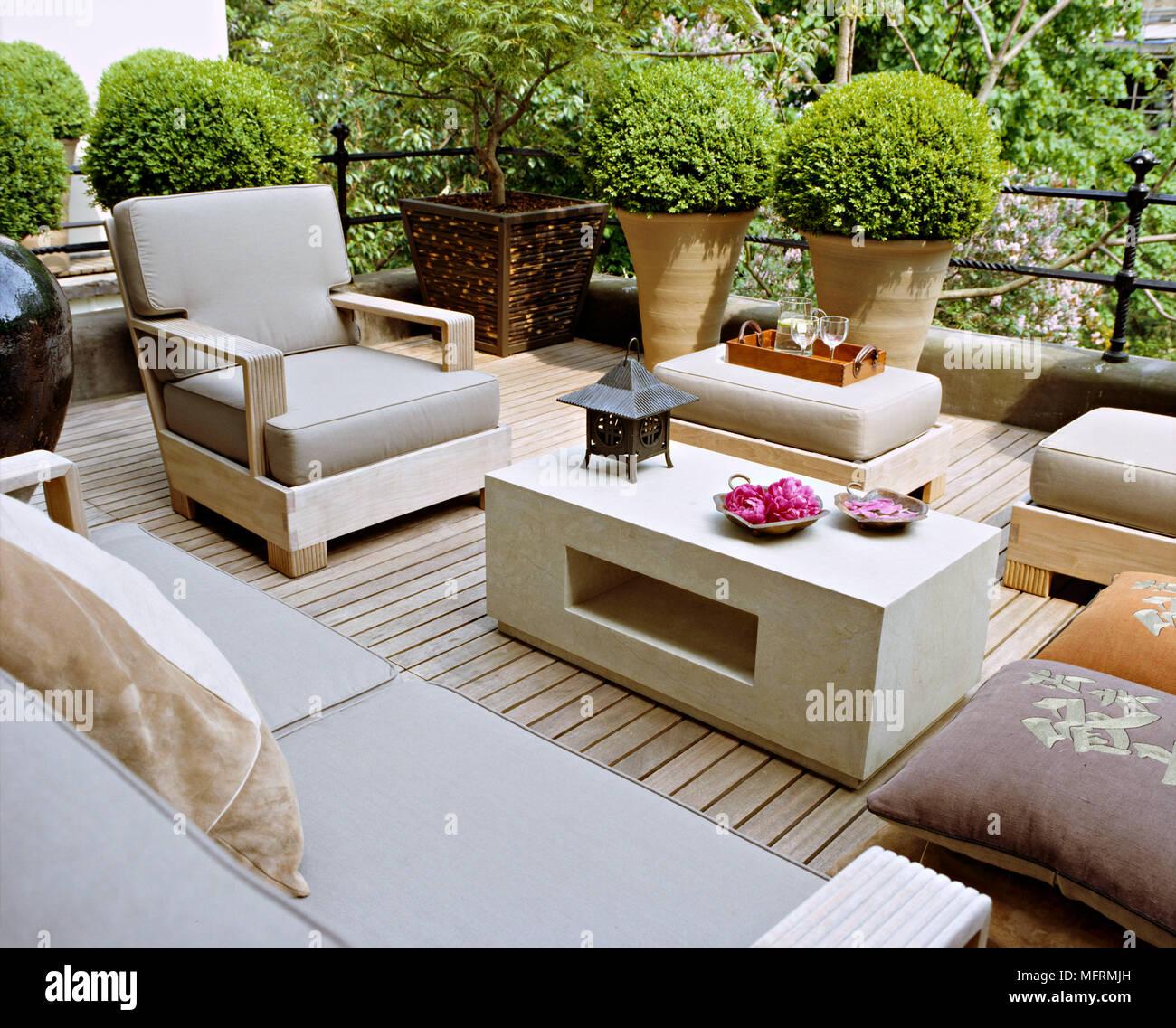 Una Moderna Ciudad Jardín Terraza Con Patio Decorado Mesa Y