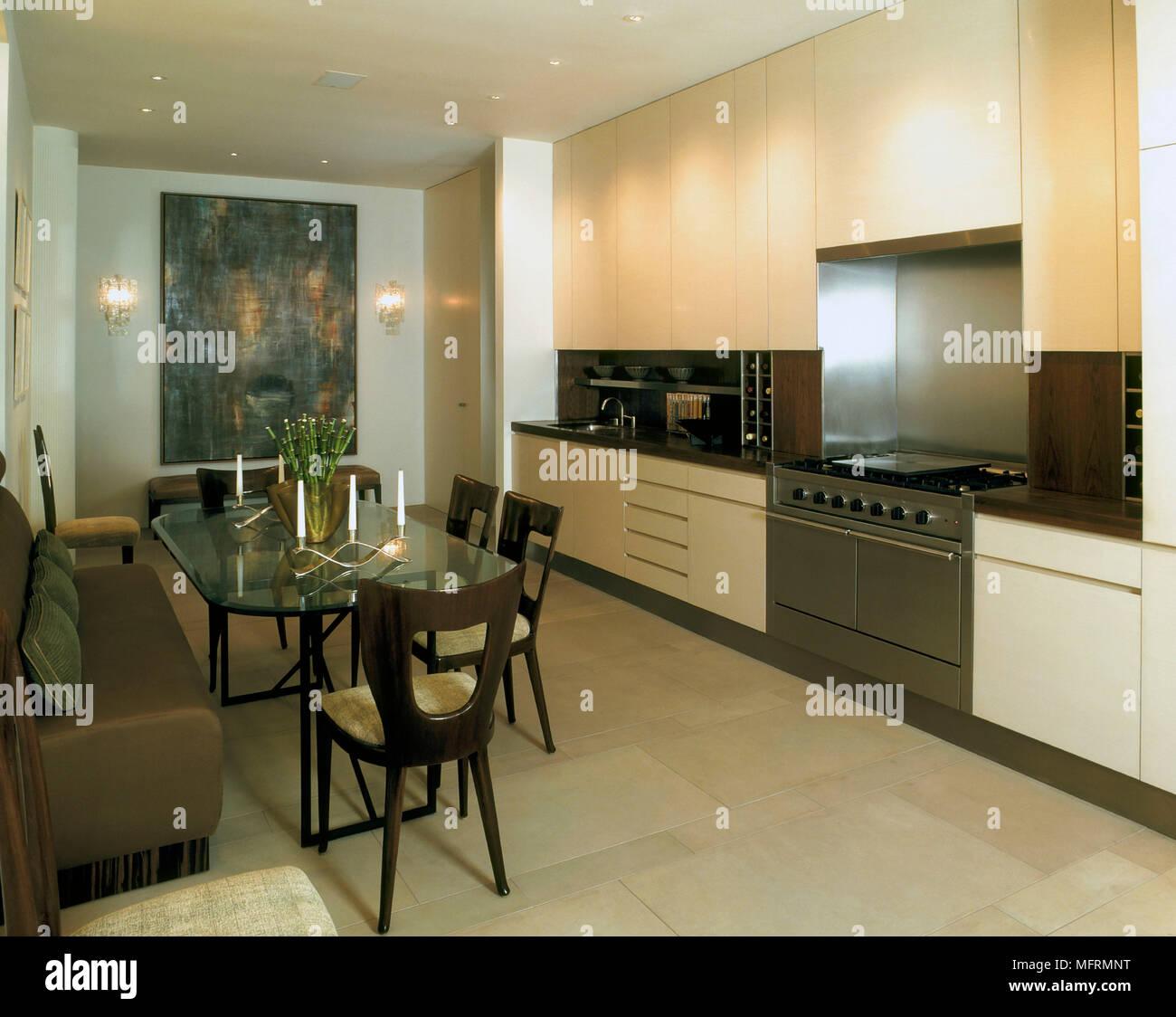 Una moderna cocina abierta con comedor unidades neutral mesa de vidrio  sillas asientos banquetas de piso 306a0a293c5e