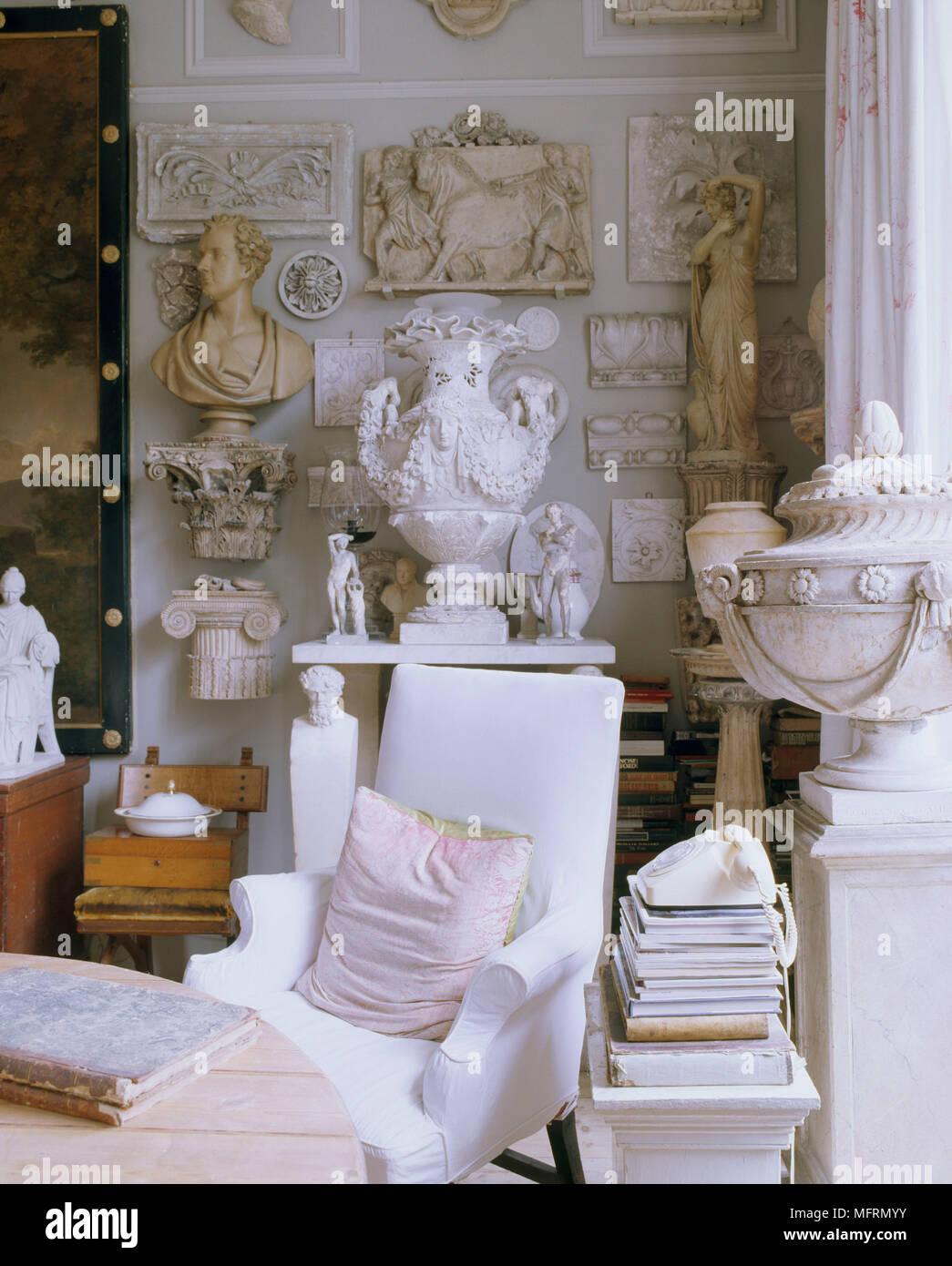 Un un detalle salón una un tradicional sillón tapizado de VUzpMS