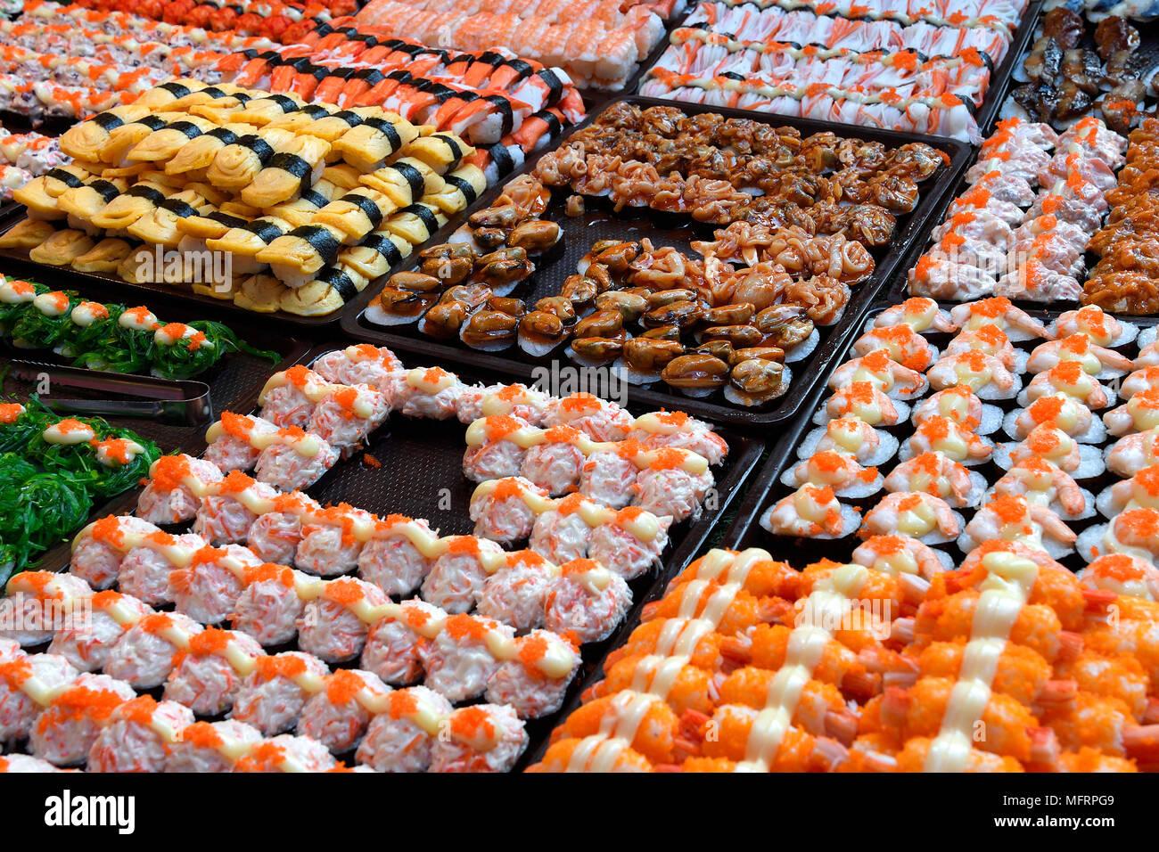Pantalla, diversos Sushi, el mercado de fin de semana, Naka, Phuket, Tailandia Imagen De Stock