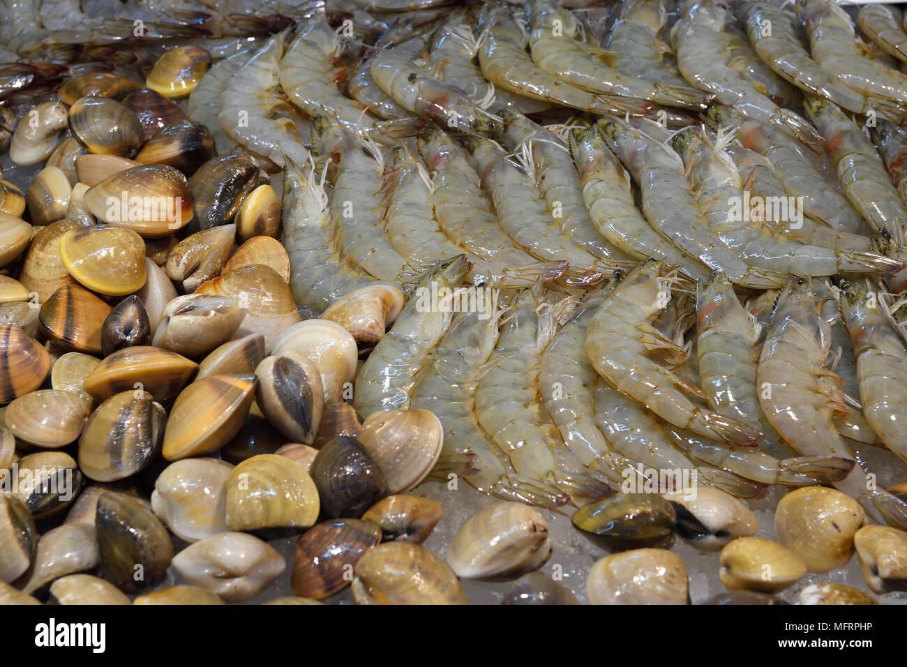 Los diferentes mariscos, pescados y mariscos del mercado de fin de semana Naka, Phuket, Tailandia Imagen De Stock