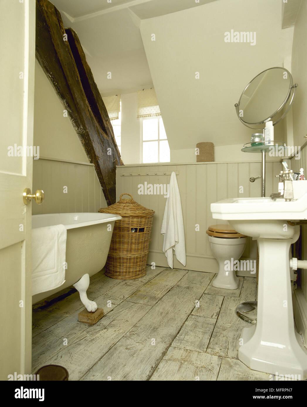 País rústico, cuarto de baño con revestimientos de madera ...