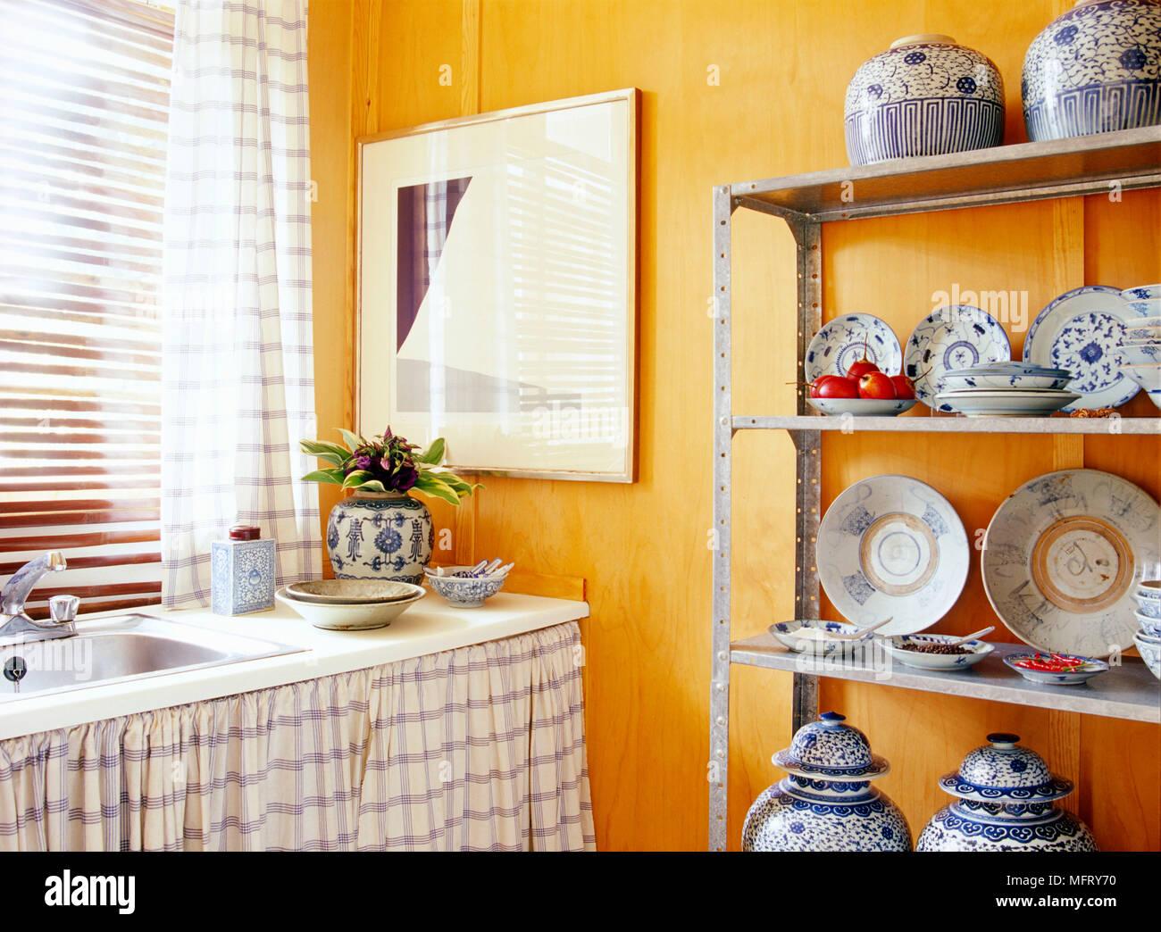 Estanterias Metalicas Modernas.Un Detalle De Una Moderna Cocina Amarilla Mostrando Un Fregadero Con